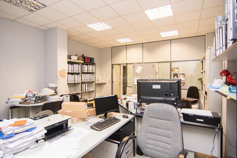 Local acondicionado como oficina con almacén